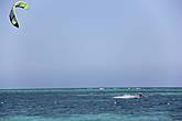 С океана постоянно дует ветер, раздолье для кайтеров.