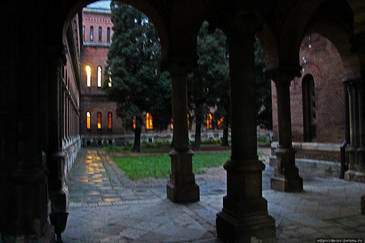 Внутренний дворик за Церковью Трех Святителей.