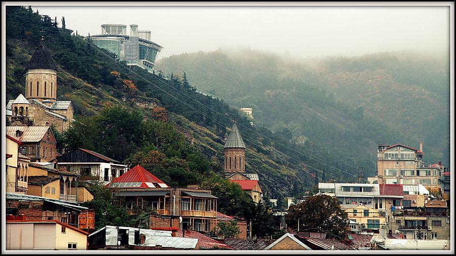 Слева на самом верху дом Иванишвили. Тбилиси, Грузия