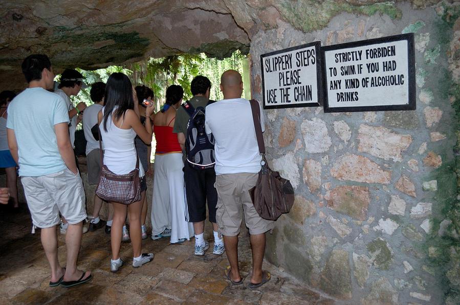 На балкончике в пещере Cenote Ikkil Чичен-Ица город майя, Мексика