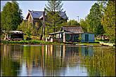 Избушки на озере около монастыря