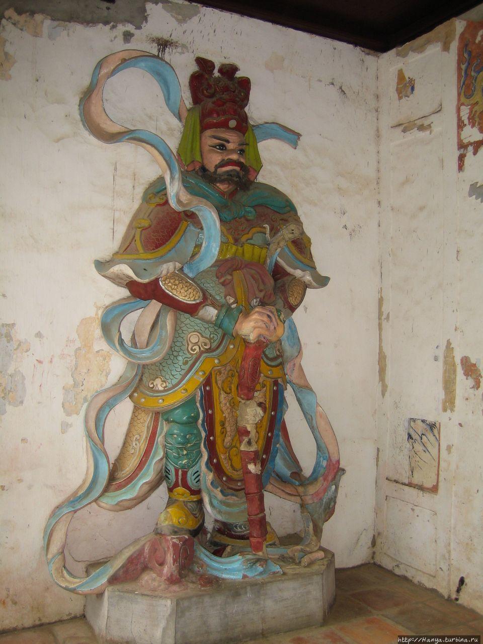 Хюэ. Храм Тхиенму на Аром
