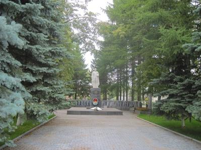 Чуть дальше церкви  находится большая площадь где располагается мемориал воинам погибшим в годы войны.