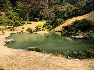 Сад прекрасный, потому что использует окружающий естественный ландшафт, и построен вокруг пруда.