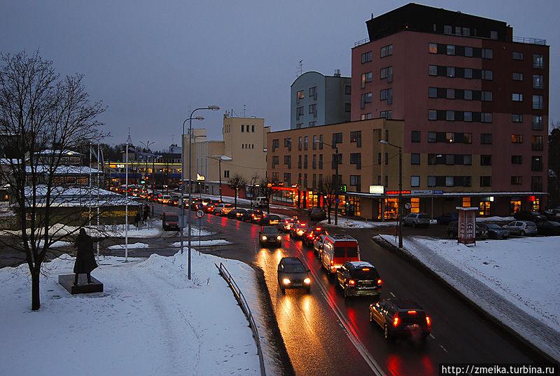 Центр Нымме. Слева видно памятник Николаю вон Глену, основателю Нымме. Такой вид открывается с пешеходного моста ТТУ (Таллинского Технического Университета), построенного к 50-летию ВУЗа.