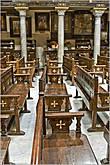Внутри одной из древних церквей, где до сих пор происходит богослужение... *