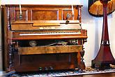 Механическое пианино воспроизводило музыку с записи на перфоленте. Запись делалась на специальных приставках и в некоторых случаях подписывалась пианистом.