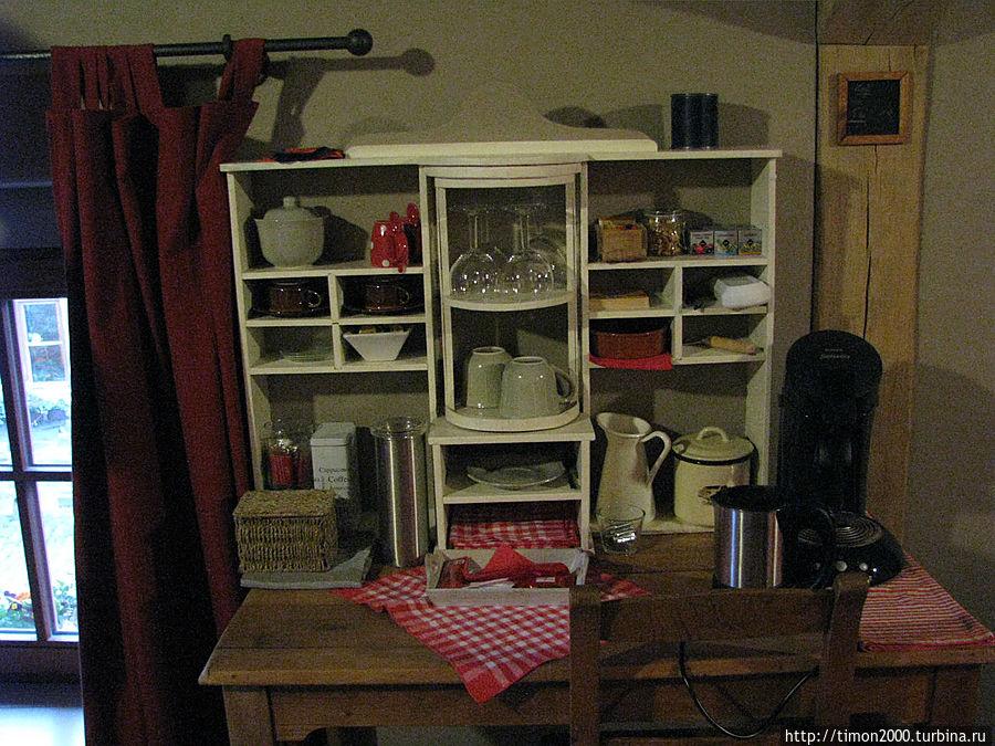 Стол с посудой, кофеваркой, чайником и пр. мелочами