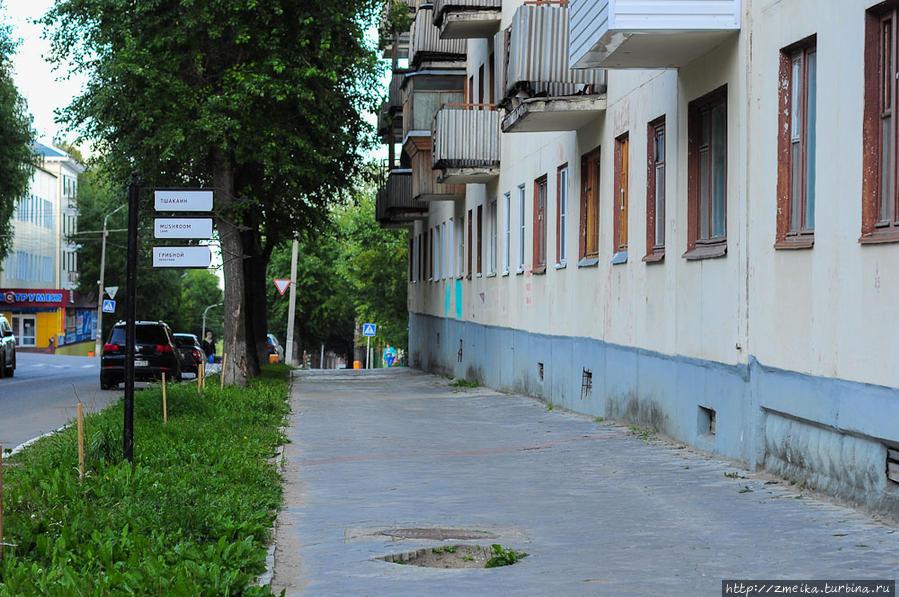 Если вы идете по улице Куратова, то издалека заметите только указатель, никак не сам переулок, размер которого очень мал.