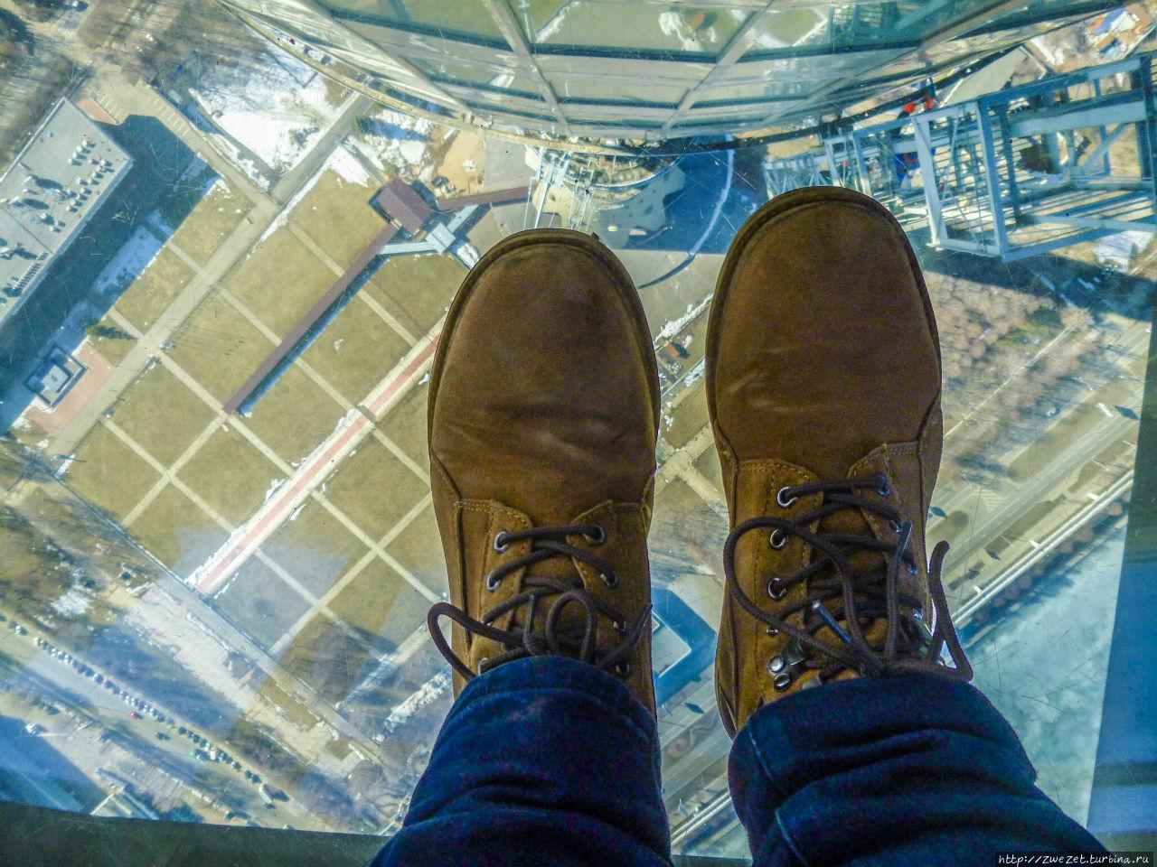 Толстое стекло в полу смотровой площадки может выдержать вес 3000 кг