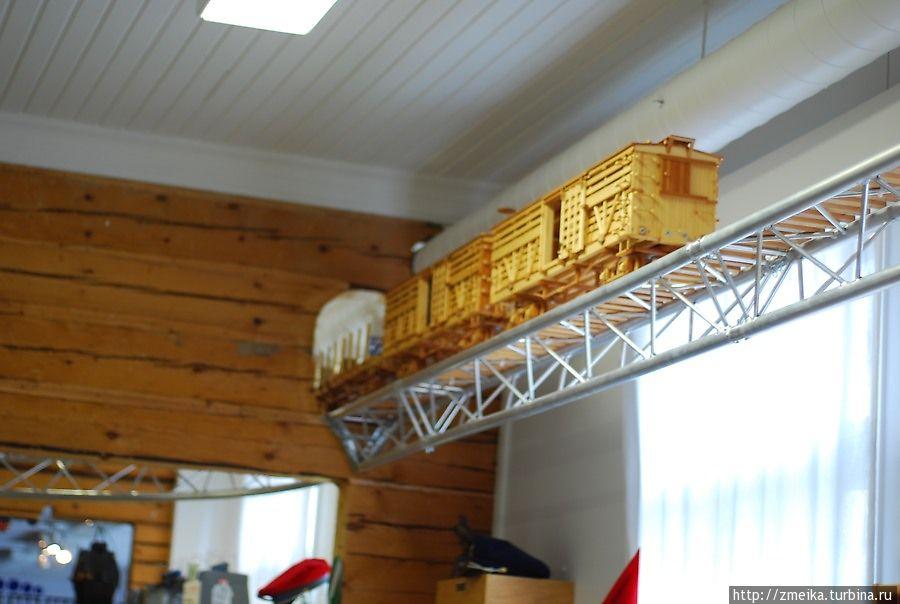 Деревянный поезд, который курсирует под потолком