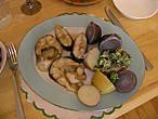 Простой обед. Тушеный сом и разноцветный американский картофель с травяным маслом
