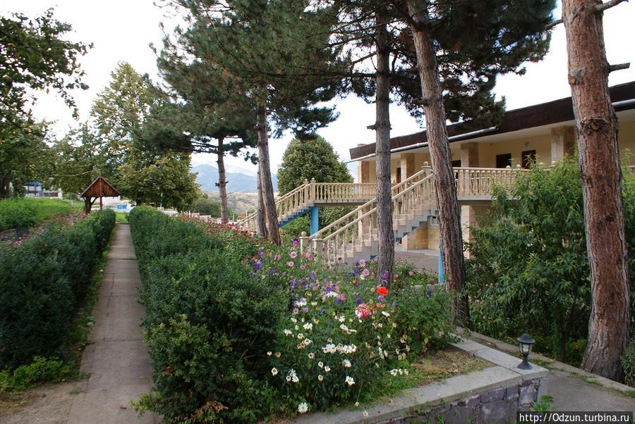 Вид отеля из удобной террасы рядом с родником.