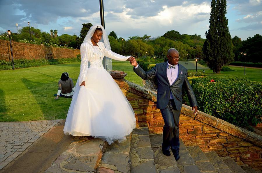 Африканская свадьба на ступенях парка перед Юнион-Билдинг