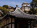 Единственная настоящая вещь здесь — это расположенный рядом с замком храм, а точнее его кладбище, фамильное кладбище клана Мураками.