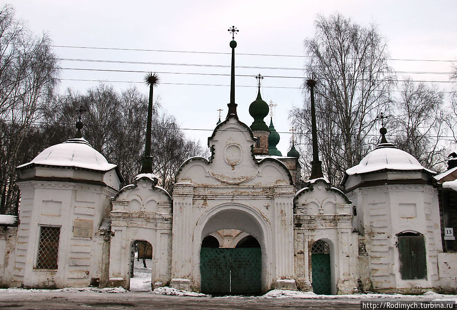 Каменные ворота монастыря