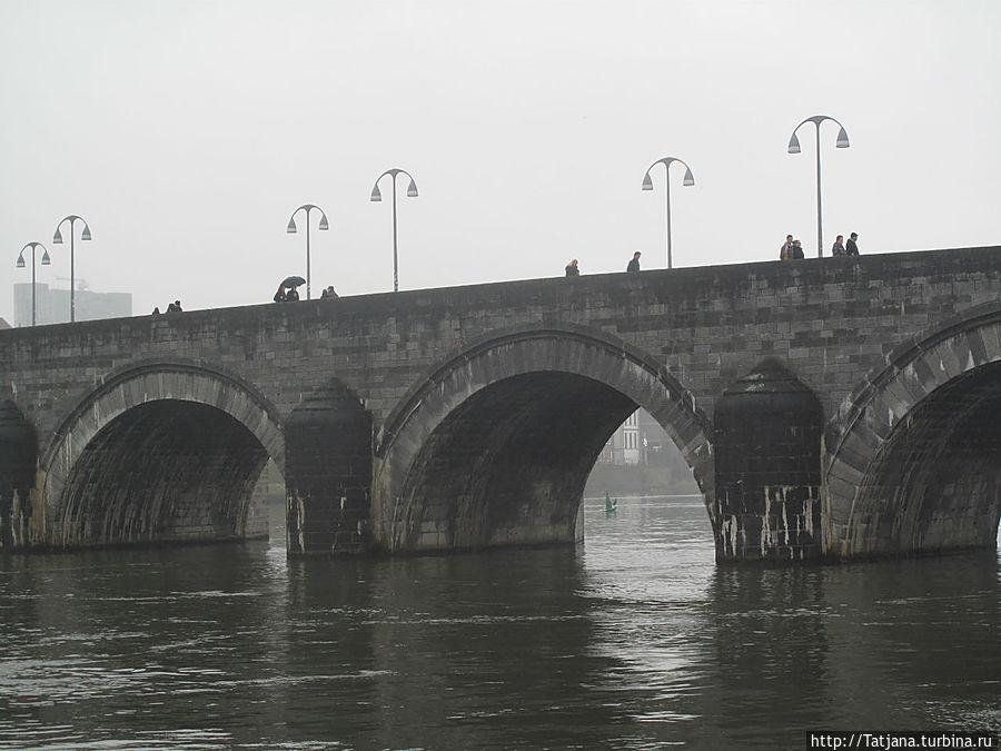 Мост через Маас в центр города -где продаются зерна бодрости...