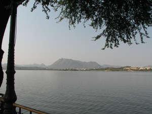 Вид с острова на озере Pichola, Удайпур, Раджастан, Индия