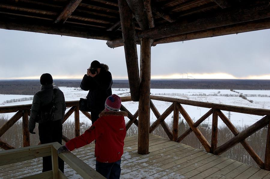 Туристы фотографируются на смотровой площадке. Вдали дымит Эстонская электростанция