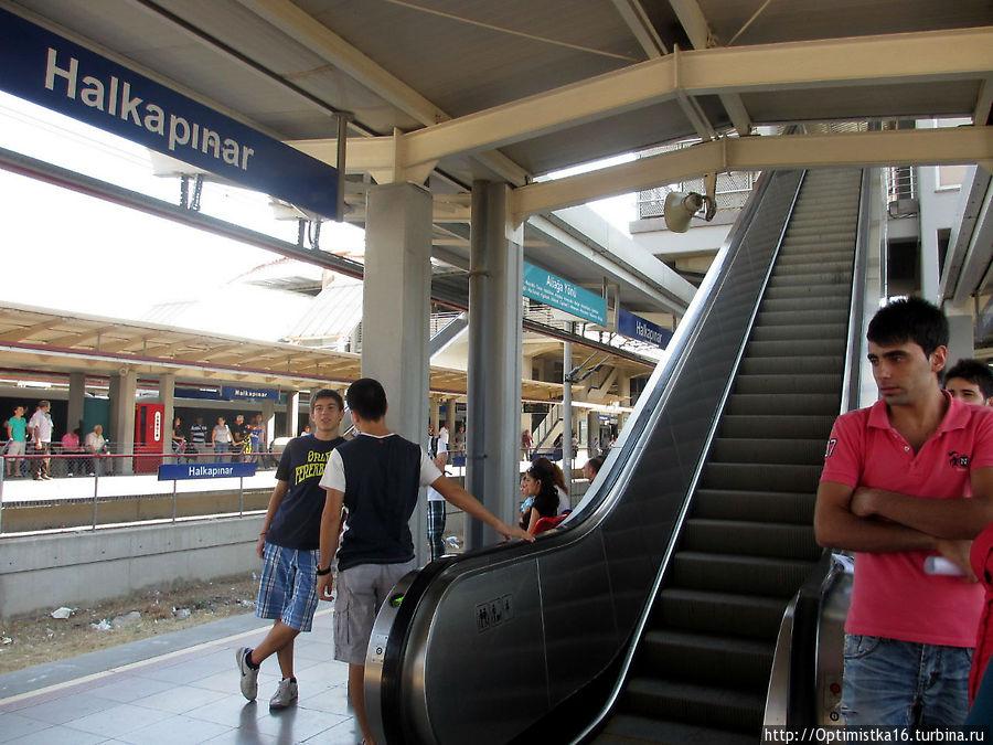 Станция Halkapınar — делаем пересадку. Эскалатор на выход в город, а на пересадку надо подниматься по лестнице