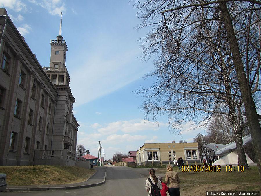 Слева Дом культуры, справа