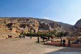 У самого входа в каньон местные бедуины подрабатывают извозом туристов на лошадях. И несмотря на достаточно долгий путь к основным достопримечательностям, пройти его лучше неспеша пешком, с каждым шагом все больше проникаясь атмосферой древней Петры.
