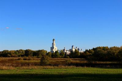 Отсюда прекрасно виден и сам Юрьев монастырь. Ныне действует, мужской, православный. Это один из древнейших монастырей России. В своё время был духовным центром Новгородской республики.