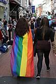 В тот день утром, оказывается, был гей-парад. Он уже кончился, но некоторые участники все еще наблюдались.