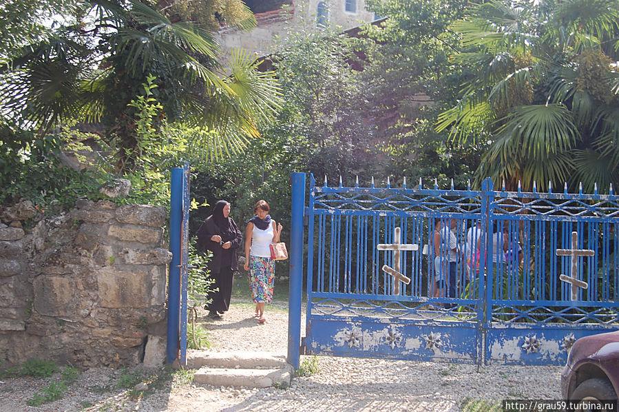 Слева за зеленью притаилось языческое святилище