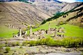 Ближе к грузинской границе на берегу реки Асса, раскинулся самый живописный аул горной Ингушетии – Таргим. Вот так я себе и представлял Ингушетию. На зеленом бархате взмывающие в небо крепостные башни. Можно часами смотреть на эту крепость.