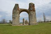 массивные остатки древнеримской триумфальной арки