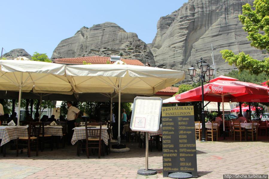 терраса ресторана приютилась на центральной площади с шикарным видом на скалы Метеор