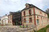 Maison de la Vigne. Особняк расположен в конюшнях замка. Он был построен в 1890 — 1892 гг Олимпом Эрьо (Olympe Heriot). Сейчас здесь расположен культурный центр Ренуара.