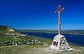 На некоторых холмах вдоль Волги стоят кресты