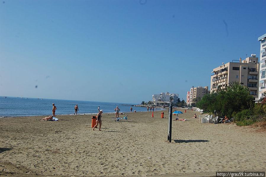 В конце пляжа виден отель