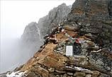 В этом месте  находим барельеф божества Ганеша в небольшой нише, выделанной в скале