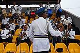 Официальный оркестр, видимо, полицейский, так как зелено-желто-синие цвета это цвета нигерийской полиции