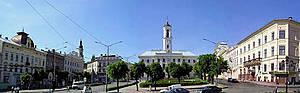 фото из википедии(http://uk.wikipedia.org)  Центральная улица Черновцов — Площадь Рынок(формировалась с 18-19 веков) и ратуша в стиле позднего класицизма (40е годы 19 века).