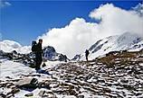 До перевала осталось еще немного, может, с часок идти. Навстречу нам двигались облака, с которыми мы были наравне...