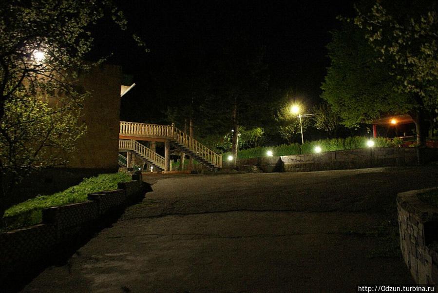 так выглядит отель ночью..
