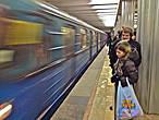 у людей в метро как-правило грустные лица, хотя метро это благо, хоть и лишает личного пространства, домчит куда быстрее чем авто. А время в метро отличная возможность для наблюдений или медитации