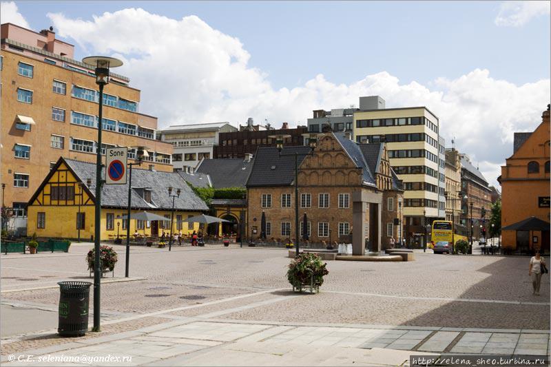 1.  Площадь Christiania torv. Такой мы её увидим, если придём по улице  Rådhusgata со стороны новой ратуши. Старая ратуша скромно стоит в уголке справа и даже не вошла полностью в кадр, но мы её обязательно рассмотрим получше.