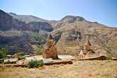 На территории монастыря находятся церковь Сурб Карапет (Святого Иоанна Крестителя) с часовней и церковь Сурб Аствацацин (Святой Богоматери).