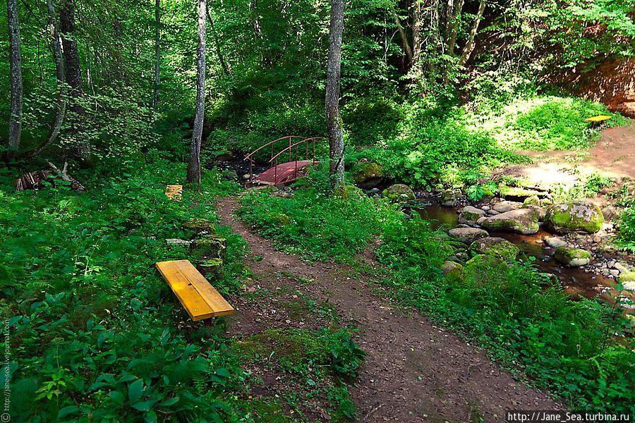 Около лестницы стоит скамеечка. Можно отдохнуть после спуска.
