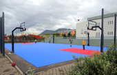 Открытая баскетбольная площадка в городке Саударкроукюр. А зимой на ней играют?