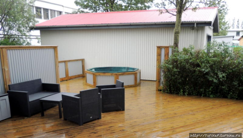 Дворик для отдыха с мягкими креслами и ванной джакузи