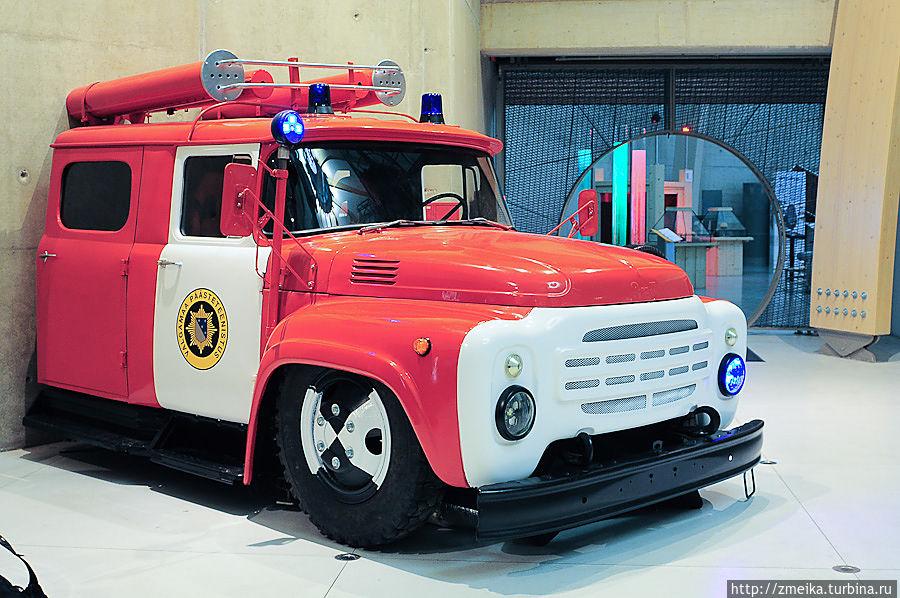 Популярностью у мальчишек пользуется часть пожарной машины. Внутри там, конечно, всё переоборудовано. Её можно завести (издать такой звук), затем