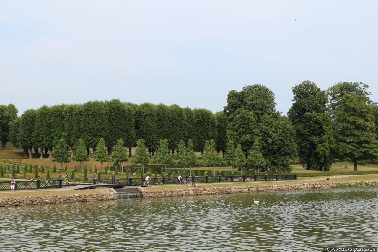 Садово-парковый призамковый комплекс создавался по последнему писку моды того времени в течение пяти лет (1720-1725 гг.) королевским архитектором  Йоханом Корнелиусом Кригером. Хиллерёд, Дания