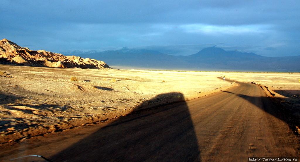 Там — на горизонте — вулкан Ликанкабур Сан-Педро-де-Атакама, Чили
