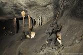 Во время добычи соли из горных пород часто выделяется опасный газ метан. Смешиваясь с воздухом, он образует взрывоопасное вещество. Поскольку шахтеры освещали подземелья шахты с помощью горящих факелов, это часто приводило к взрывам и соответственно к их смерти. Поскольку в те времена еще не научились выветривать метан из шахт, его удаляли путем выжигания.